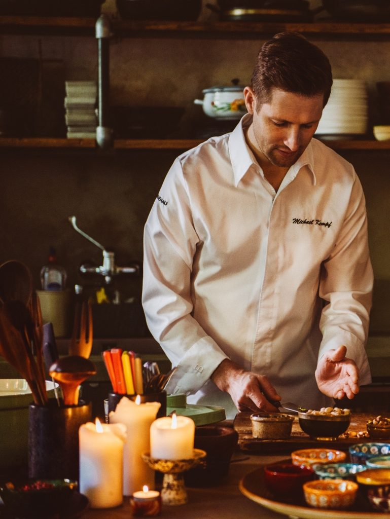 2-Sterne-Küchendirektor Michael Kempf aus dem Facil in Berlin bringt ...